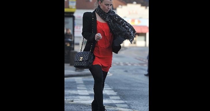 Coolen Rooney matchar med röd klänning.