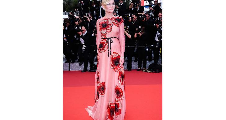 Kirsten Dunst strålade i den här romantiska klänningen. Så himla fint med bandet i midjan!