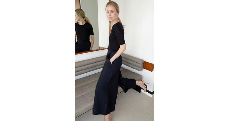 I sommar klär vi oss gärna i stilrena och svarta kläder. Och vad passar inte bättre än ett par långa Bermudashorts? På bild ser ni stilikonen Elin Kling som uppskattat trenden.