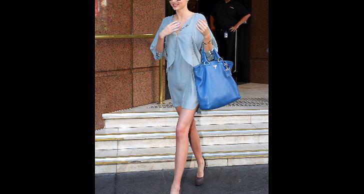 Miranda Kerr är vardagssnygg i kort klänning..