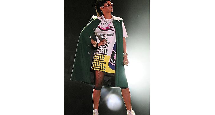 2013 plockade hon upp den coola stilen igen. Solglasögonen satt på näsan under nästan alla hennes framträdanden.
